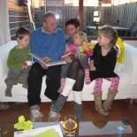 Teun, Juno en Bregje genieten van een verhaaltje door opa en oma van der Putte